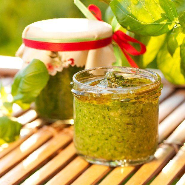 JAK ZROBIĆ PESTO I DANIA Z PESTO - 7 PRZEPISÓW: Pesto genueńskie / Tagliolini al pesto / Łosoś z pesto w pergaminie / Tartaletki z pesto, pomidorem i mozzarelli / Zielone pesto / Włoska zupa jarzynowa z sosem pesto / Krewetki z bazyliowym pesto (Gamberetti al pesto di basilico)