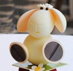 Le chef pâtissier Eddie Benghanem a réalisé un mouton de Pâques en chocolat blanc et recouvert de meringue.