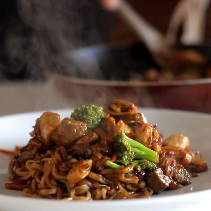 Yakisoba é uma delícia! . Ingredientes: 1 cenoura, 1 brócolis, 1/2 repolho roxo, 200g de peito de frango, 200g de alcatra, ½ pacote de macarrão yakisoba, Sal, Pimenta preta, 50g de óleo de gergelim, 50ml óleo, 50ml de molho de soja