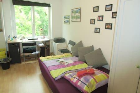 Schau Dir dieses großartige Inserat bei Airbnb an: Lovely room in Dulsberg…