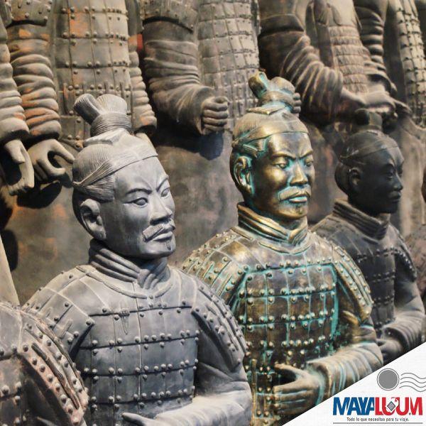 Un Patrimonio de la Humanidad que puedes visitar mientras están en China es el Museo de los Guerreros de terracota, un conjunto de más de 8000 figuras de guerreros y caballos de terracota a tamaño real, que fueron enterradas cerca del autoproclamado primer emperador de China de la Dinastía Qin, Qin Shi Huang, en 210-209 a. C.