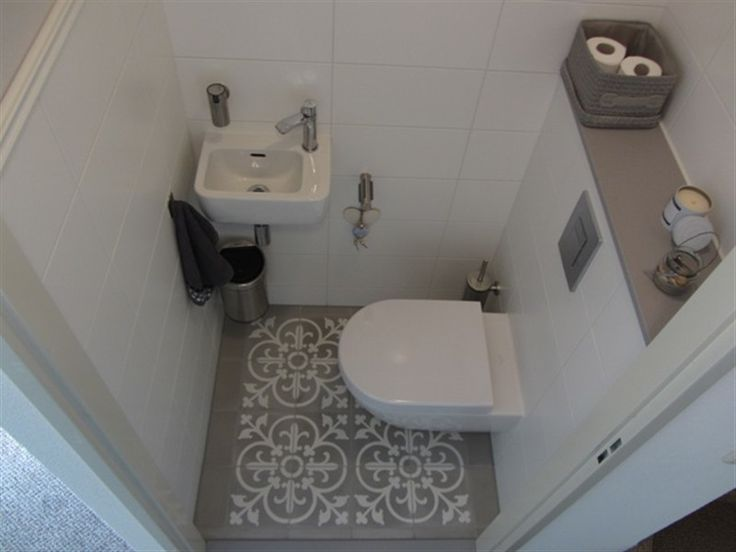 Sfeervol moderne toilet met speelse cement gebonden tegels op de vloer