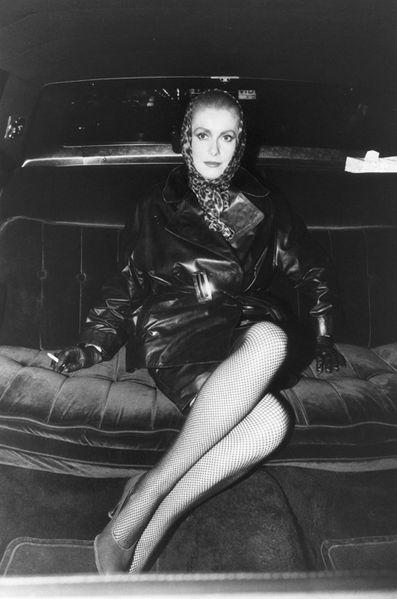 CUIR? CIRÉ? Catherine DENEUVE  fumant une cigarette à l'arrière d'une voiture sur le tournage du film 'Les prédateurs' de Tony SCOTT à NEW YORK. January 06, 1982| Attestazione: DEUTSCH Jean-Claude