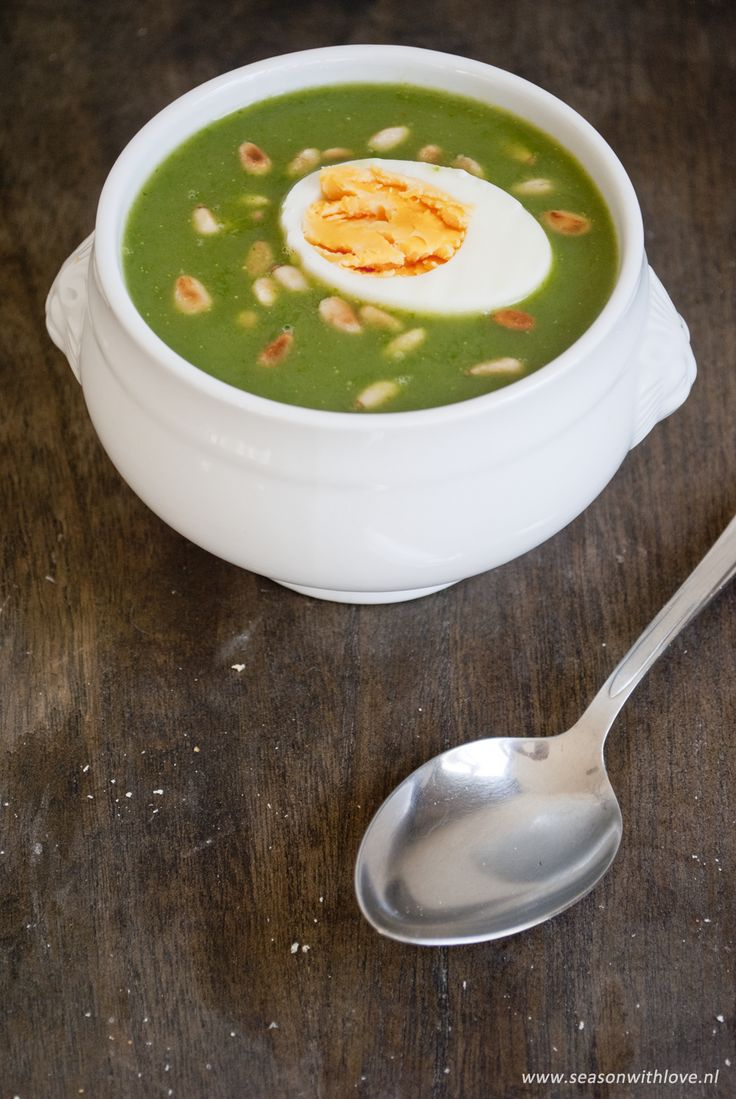 Spinaziesoep met een gekookt ei en pijnboompitten. Heerlijk en gezond. Met dit recept onwijs makkelijk om te maken.