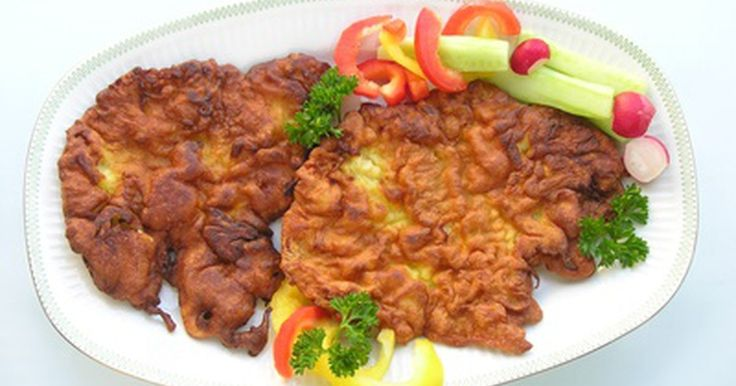 Cómo cocinar chuletas de cerdo empanizadas. Las chuletas de cerdo empanizadas pueden freírse, hornearse o cocerse en salsa para hacer un sabroso plato principal. Puedes agregar cierto tipo de hierbas y otros ingredientes al empanizado para darle varios sabores étnicos. La diferencia entre una chuleta de cerdo deshuesada y una con hueso, es que la primera se corta normalmente desde del ...