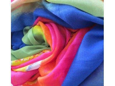 A-ZONE sjaal frisse zomerkleuren in abstracte regenboog print. Mouseline, 90 x 180 cm