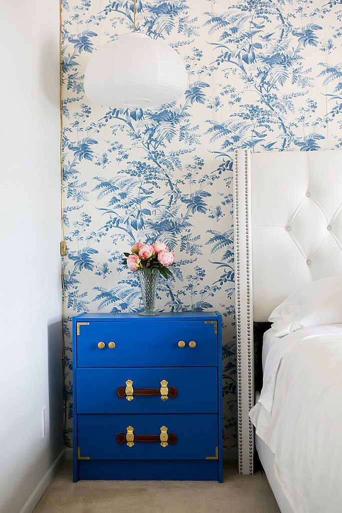 Royal Blue & White: This classic palette gets its character here by the soft blue botanical wallpaper, the tufted headboard and the bright drawers with details that reminisce old travel trunks.   Chic blue wallpaper and matching nightstand chest
