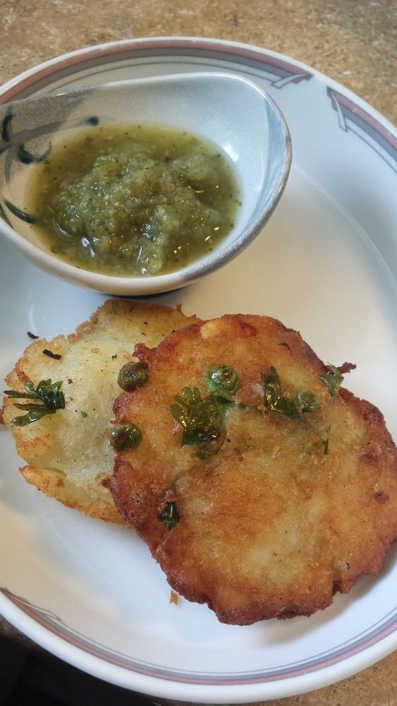 インドの衣なしコロッケ:アルーテキヤ ハッシュポテトに近いような、芋コロッケに類似のような、、、なにはともあれ皆に人気のインドスナック ぐりぃ 材料 (3-4人) 茹でたじゃがいも 4-5個 冷凍グリーンピース 一握り コリアンダー粗切り 大さじ1~2程度 塩 適量 グリーンチリ(微塵切り) 1-2本 チリパウダー 小さじ1程度 コリアンダーパウダー 小さじ1程度 作り方 1 茹でたポテトを豪快に手マッシュ(別に手でなくても大丈夫)ポテトは圧力鍋を使うと超早、電子レンジでもGood 2 全部の材料を入れMix 3 こんな感じ 4 手のひらのくぼみを利用し平たい丸に成形 5 多めの油でこんがりきつね色に両面焼く コツ・ポイント 焼き始めたら、焦げ目をみつつひっくり返しは一度だけにするのがベターとのこと→義理母談 大人はチャトニと一緒に、子供はそのままやケチャップと一緒にどうぞ♪ レシピの生い立ち…
