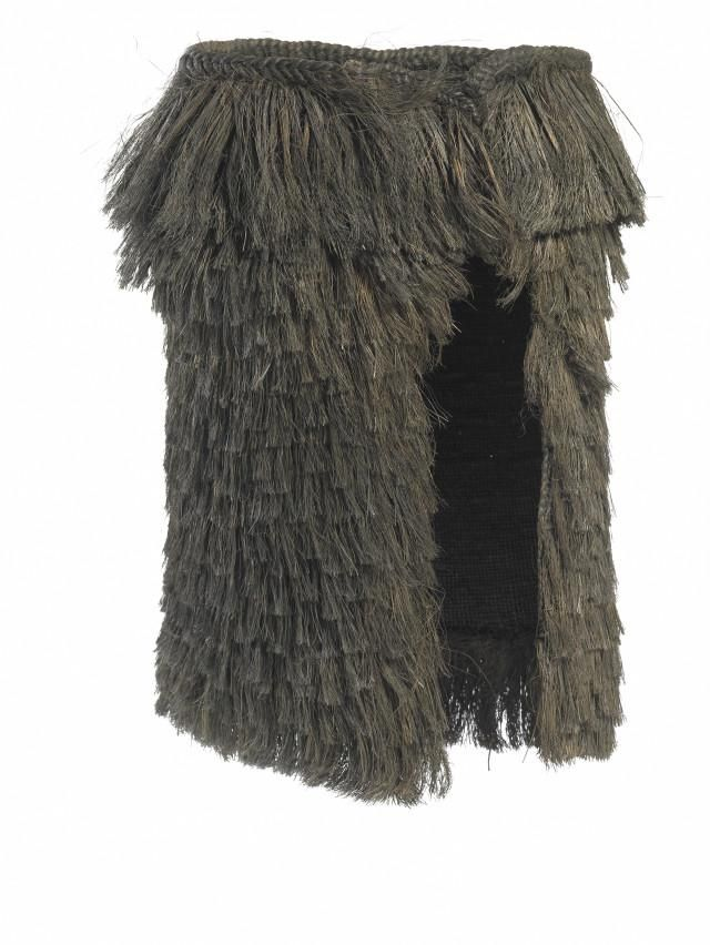 Kahu tōī are prestigious warrior capes of leaf fibre from the hardy tōī (mountain cabbage tree).  of great prestige - not everyday working garments as their heavy, shaggy appearance suggests. The only form of pākē (rain cape) to carry the title 'kahu', for important garments alone. The high status of kahu tōī is connected to their strength & difficult construction, fibre much tougher & more water-resistant than muka (the flax fibre typically used), constructing a kahu tōī requires great…