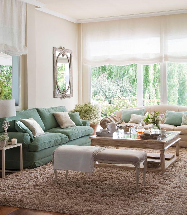 7-Salón-con-sofá-verde,-alfombra-de-pelo-largo-marrón,-espejo-clásico-y-estores-blancos 297615