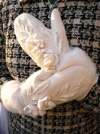 Рукавички валяные `Белогурочка`. Молочно-белые рукавички, отделанные сложным нуновойлочным декором и мехом белоснежного беби-кролика.  Рукавички из зимней коллекции 'Белогурочка', очень хорошо смотрятся в комплексе с одноименным беретом.