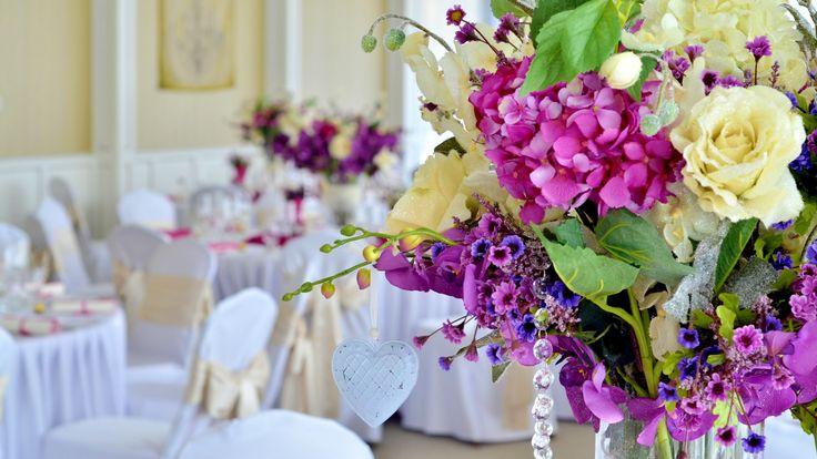 V nádherných priestoroch Hotela Luna*** sa vyníma aj takáto kráľovská kombinácia farieb. Kryštálové reťaze v kvetinách pôsobia naozaj luxusne.