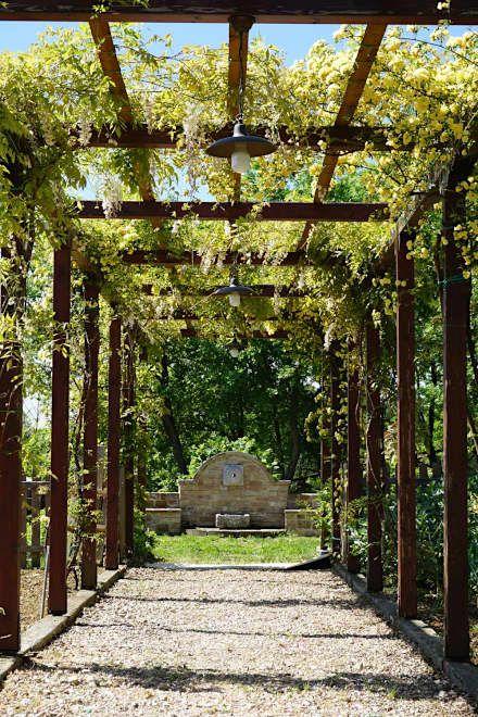 Villa a Poggio Pelliccione (PG): Giardino in stile In stile Country di Studio Zaroli