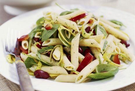 En matig och färgrik pastasallad - blanda i säsongens aktuella grönsaker. Vi använde färsk spenat som numera kan köpas i påsar i många grönsaksdiskar. För att få variation kan man smula ner lite fårost i salladen.