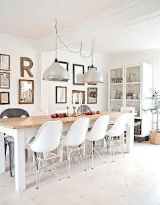 """salle a manger immaculée et accueillante, esprit très scandinave. J'aime beaucoup aussi les multiples cadres et le """"R"""" au mur."""