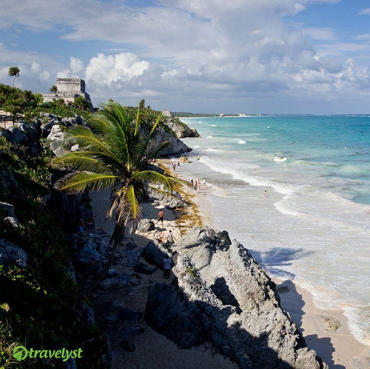 """130 Kilometer südlich vom mexikanischen Cancun befindet sich die alte Maya Fundstätte """"Tulum"""". Direkt an der Karibikküste gelegen bietet sich während des Badens ein einmaliger Anblick auf die antiken Bauten. Du willst diesen oder ähnlich spannende Reiseziele für deinen kommenden Urlaub planen? Dann frag uns einfach auf travelyst.de und wir senden Dir tolle Angebote für deinen Traumurlaub."""