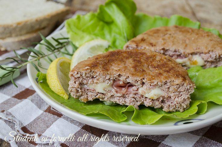 Hamburger di pollo con prosciutto e mozzarella fatti in casa, un secondo piatto sfizioso, facile e veloce per una cena diversa dal solito.