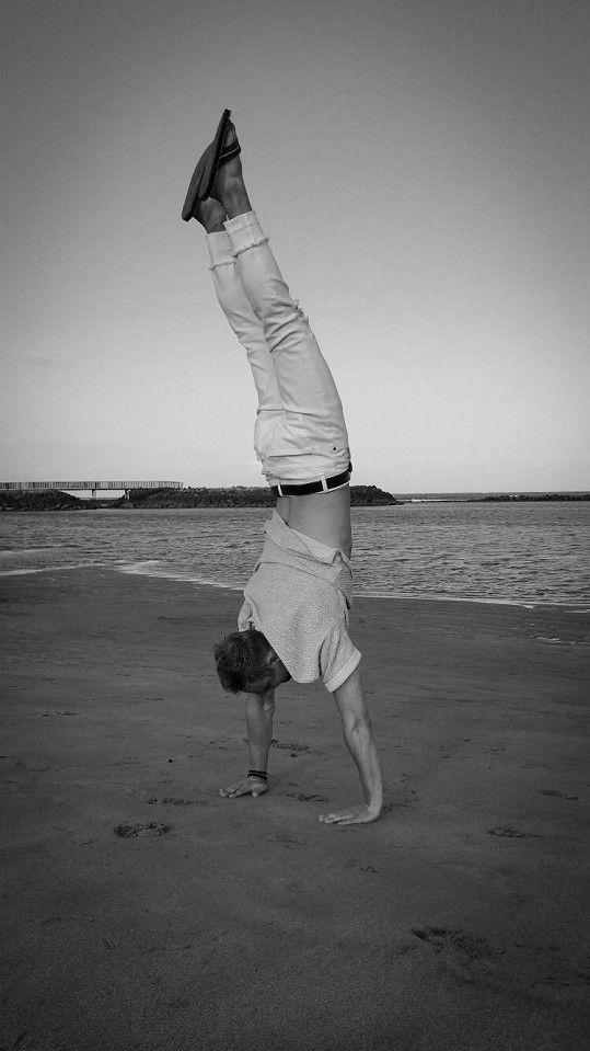 Herec předváděl na pláži akrobatické kousky.