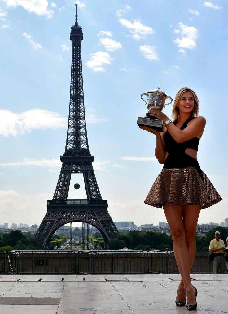 La russe Maria Sharapova pose avec le trophée Suzanne Lenglen au Trocadéro, à Paris, après sa victoire à Roland-Garros, le 8 juin.