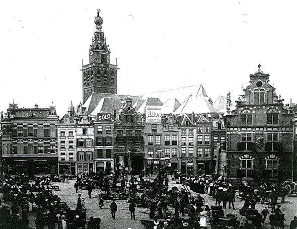 Groentenmarkt op de Nijmeegse Grote Markt in het begin van de vorige eeuw. De warmoezeniers uit Lent probeerden toen nog hun groenten en fruit op de markt rechtstreeks aan de man te brengen. Langzaam namen de veilingen die taak over. Lentse ondernemers specialiseerden zich voor, maar vooral na de eerste wereldoorlog, in de kweek van potplanten. Na de tweede wereldoorlog markten de Lentse ondernemers niet meer in Nijmegen