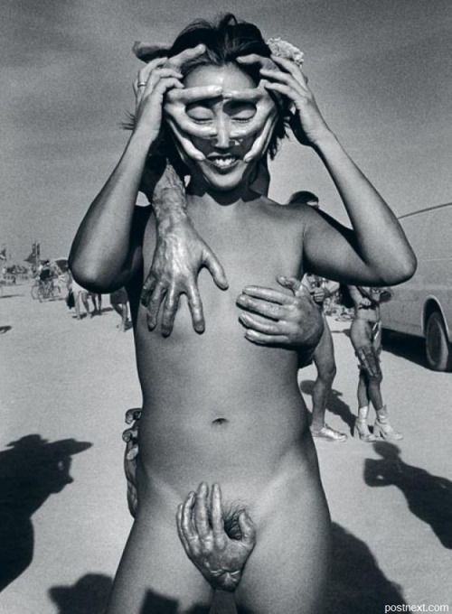 Cristina García Rodero. Dangerous hands. The «Burning man» festival (Nevada, United States), 2002