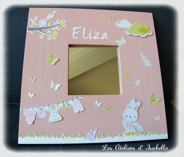 Cadre miroir personnalisé avec un prénom. Cadeau unique et original pour une naissance ou un anniversaire. Thème Nature. Rose, blanc et vert anis. Lapin, oiseau, papillon, nuage, escargot, fil à linge.