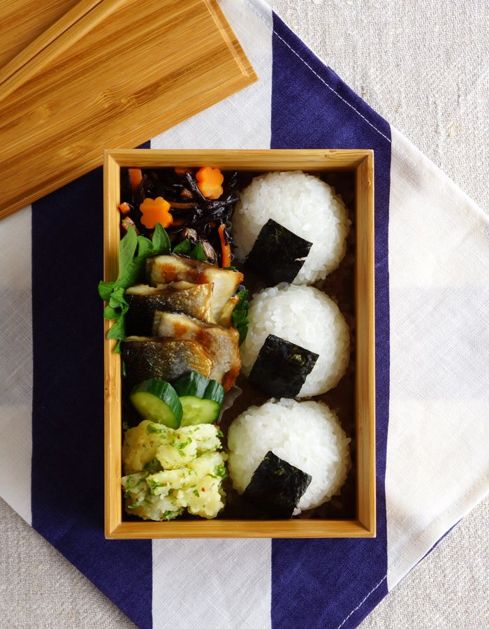 onigiri, omelet, cucumber, grilled fish, sauteed vegetables