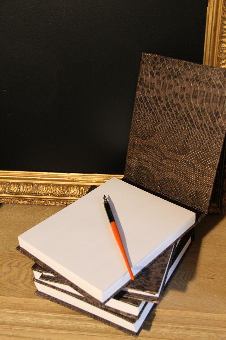 Grand bloc note couverture imitation croco marron, entièrement fait main,   A commander sur www.ducotedelatelier.fr