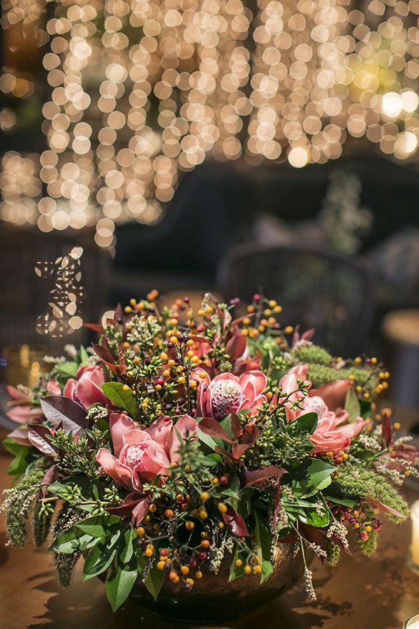 Arranjo de flores - Decoração de casamento industrial e tropical ( Decoração: Bothanica Paulista | Foto: Roberto Tamer )