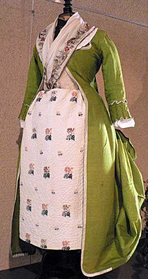Jupon en coton piqué à motifs brodés et manteau de robe en soie verte Provence XVIIIe siècle - Collection particulière