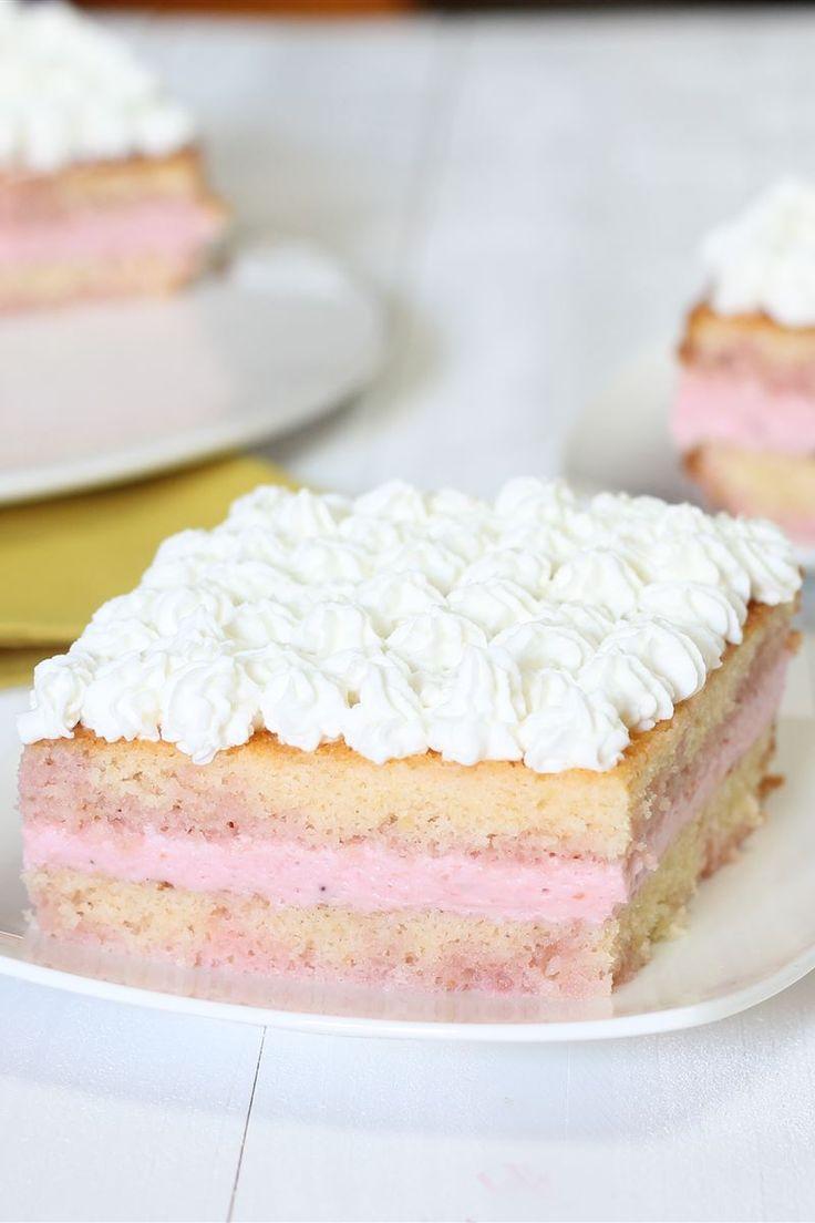 La torta alla mousse di fragole è un fresco e goloso dessert farcito con una soffice mousse alle fragole, molto semplice da preparare!