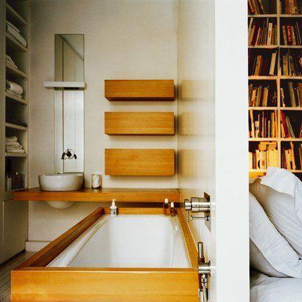 La salle de bains assez étroite est très fonctionnelle. la baignoire est encastrée, des rangements ont été encastré dans un pan de mur. Une fine cloison sépare la salle de bains de la chambre.