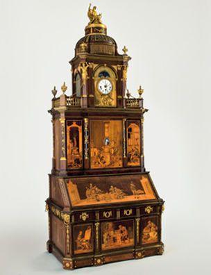 Одно из лучших достижений Европейского столярного дела, этот шкаф-секретер один из лучших шедевров мастерской Абрама (1711-1793) и Давида (1743-1807) Рентгенов. Шкаф-секретер оснащён башней-часами с музыкальным механизмом, отделан искусно в технике маркете