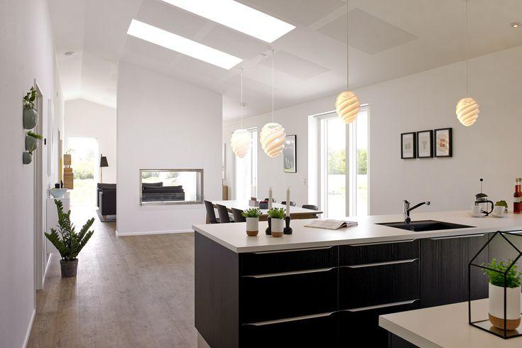 Minimalistisk køkken/alrum med ovenlysvinduer.
