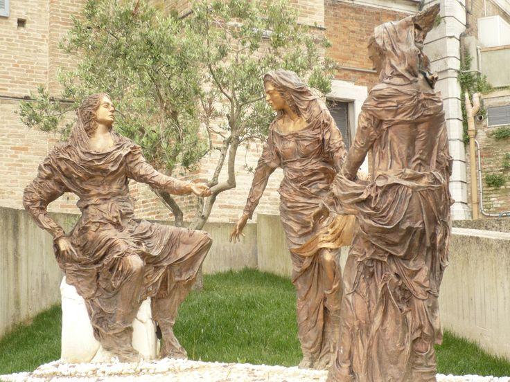 LORETO (Italie) 2016 Sculpture à l'entrée de la ville
