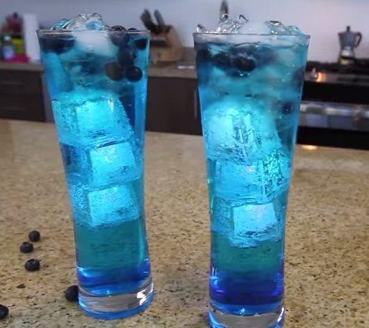 Alkollü Blue Lagoon Kokteyl Tarifleri nasıl yapılır.Alkollü kokteyl yapımı zor mu? Alkollü kokteyl tariflerinde hangi malzemeler kullanılır. Yazın tatil için gitmiş olduğum otelin barından öğrenmiş olduğumAlkollü Blue Lagoon Kokteyl Tarifini sizlerle paylaşıyorum. Tadı gerçekten harika…. MALZEMELER 30 ml Rom 30 ml Hindistan cevizli rom (malibu) 30 ml Elma likörü 30 ml Mavi curacao (kokteyl şurubu) …