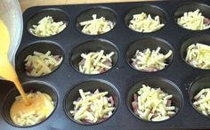 Sonkát és sajtot tesz a muffinformába, majd tojást önt rá. Ki kell próbálnod!