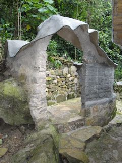 Una forma ondulante cubre los muros de barro hasta llegar a ella, hecha de barro, que invita a una ducha bajo el sol o las estrellas.  Cubie...