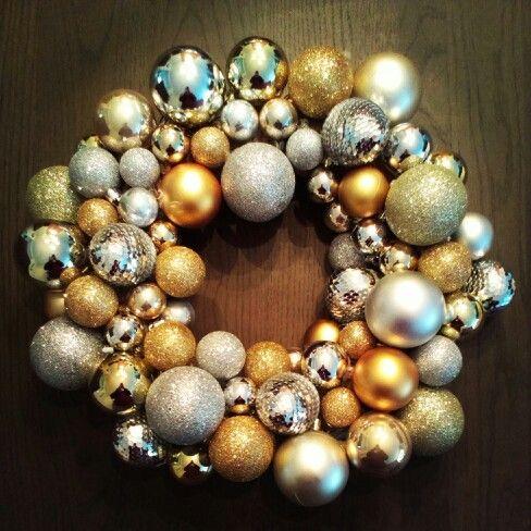 Kerstkrans gemaakt van kerstballen. Een krans van stro & lijmpisto bij de action gekocht en de kerstballen overal en nergens. Met hrt lijmpistool de ballen op de krans gelijmd.