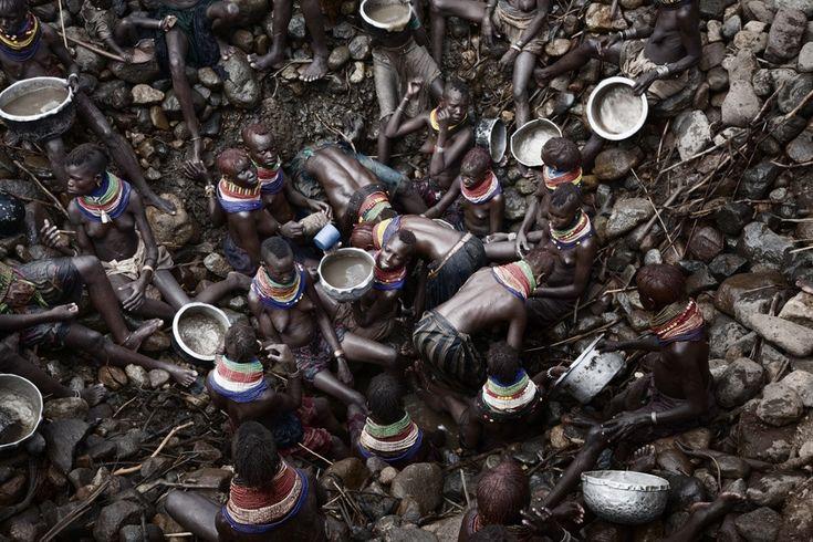"""Fotoğraf: Stefano De Luigi (İtalya) Açık Yarışma 3.'lük ödülü  """"Turkana kadınları köylerindeki insanlar ve hayvanlar için el yapımı, 20 metre derinliğindeki bir kuyudan su çıkarmaya çalışıyorlar. Bu fotoğraf dizisini, Kenya'daki kuraklık hakkında ve Kenya'da özellikle de beni en çok etkileyen yer olan Turkana bölgesinde çalışırken çektim. Fotoğrafları çekerken aniden kendimi tüm insanlar adına çok kötü hissettim. Buradaki insanlar ve hayvanlar korkunç koşullarda, bir kâbusu yaşıyorlardı."""""""