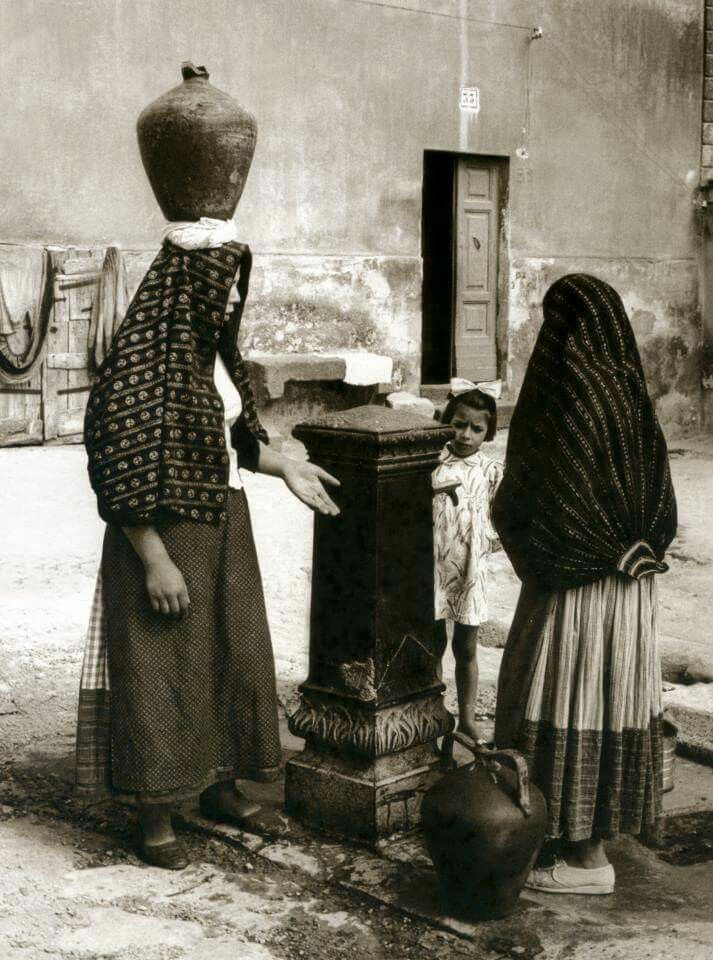 Quotidianamente alla fontana. . Ittiri (Sassari) Sardinia