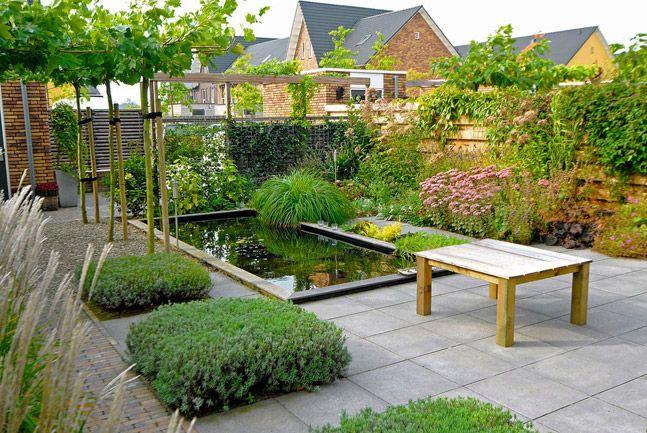 Tuin met strakke vijver siergrassen lavendel dakplatanen for Strakke tuinen met siergrassen