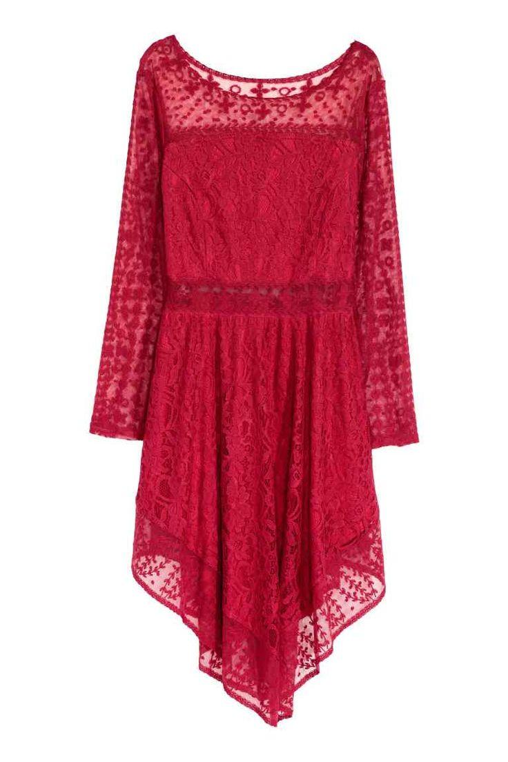 Čipkové šaty: Krátke šaty zčipky avyšívanej sieťoviny sdlhými rukávmi, švom vpáse, kruhovou sukňou sasymetrickým spodným lemom aso skrytým zipsom na jednom boku. Čiastočne podšité.