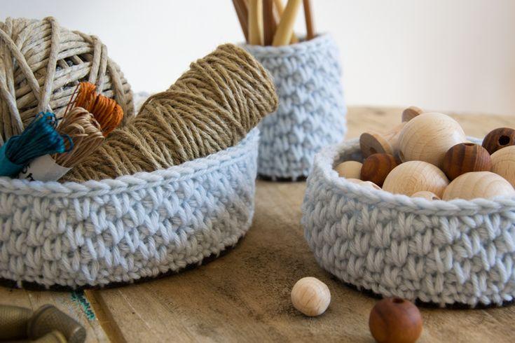 Tavolino di recupero e cestini in lana
