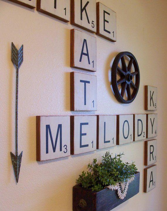 wanddecoratie van hout met scrabble letters