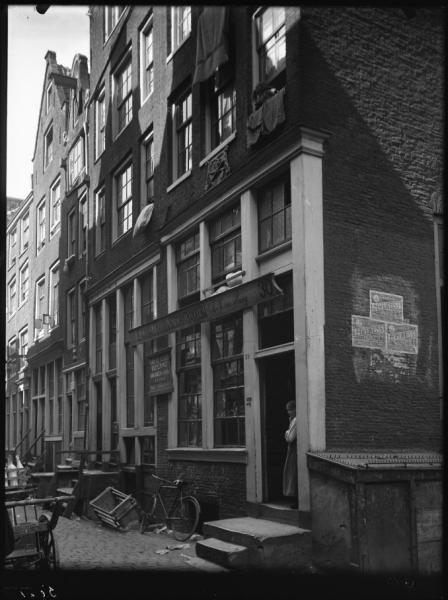 UIlenburgerstraat 30-38- Uilenburgerstraat 30-34 (juni 1925) met op nr. 30 de zaak van M.M. van Praag, machinale brood en beschuitbakkerij; om de hoek aanplakbiljetten met reclame voor Edelweiss zeeppoeder. Bron: Beeldbank van het Stadsarchief Amsterdam.