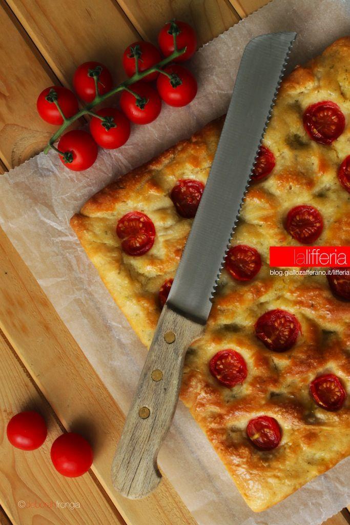 Focaccia al rosmarino con pomodorini