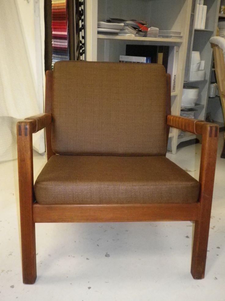 Hiort af Ornas Rialto tuoli, uusi nahkapudonta selässä, uudet istuin-selkäpehmuste ja uusi verhoilu.