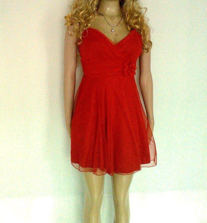 Vestido corto en tul con escarcha color rojo, escote en V y tiras.