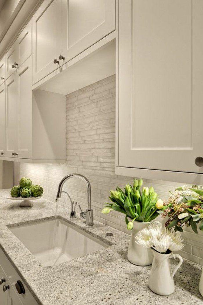 Schöne, Saubere, Moderne Weiße Küchen Mit Glänzenden Weißen Arbeitsflächen  Und Rückwänden Sind überall Zu Sehen, Wo Man Nur Hinschaut.Man Kann Es  Erkennen,